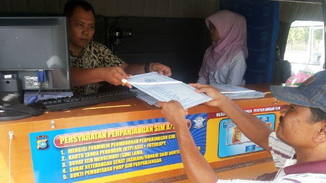 Baur SIM Polres Siak Bripka Budi Nuryono saat menerima berkas pembuatan SIM di Kecamatan Sungai Apit, saat menggelar Pembuatan SIM keliling