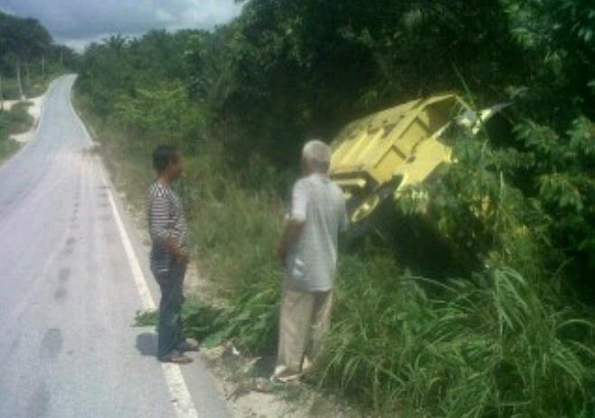 Kecelakaan dump truck di KM11 Siak-Lintas10.com